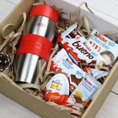 В комплект входит: Термокружка Peterhof, киндер шоколад, киндер бисквит с молочной начинкой, киндер Bueno вафельный батончик, киндер Country шоколад, киндер Joy шоколадное яйцо ...