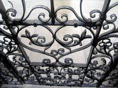 Particolare dell'ingresso in ferro battuto della Chiesa San Pietro e Paolo.