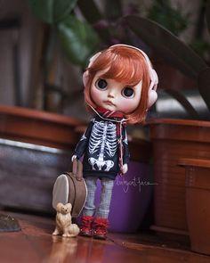 """""""My ipod, my suitcase, my dog, that's all I need to travel around the world and be happy"""" •••••••••••• """"Mi ipod, mi maleta, mi perro, es todo lo que necesito para viajar alrededor del mundo y ser feliz"""" . #tiinacustom  #blythe #blythedoll #blythestagram #customblythe #customblythedoll #doll #dollphotography #instadoll #instablythe #toy #toyphotography #toyunion #toyslagram #toyrevolution #fab_toys #skeleton #redhead #dog #pet #traveller #cute #cutie #cutiepie"""