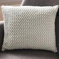 Gratis hækleopskrift på boblepude Knitted Cushion Pattern, Knitted Cushions, Crochet Pillow, Crochet Home, Diy Crochet, Crochet Projects, Diy Projects, Diy And Crafts, Crochet Patterns