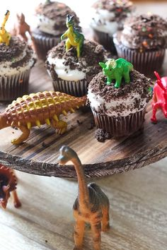 Easy Dinosaur Cupcakes - Life With The Crust Cut Off Look at these adorable Easy Dinosaur Cupcakes! I made them with store bought cupcakes and got them iced with delicious It is the BEST icing, yum! Dinosaur Cake Easy, Dinosaur Cakes For Boys, Dinosaur Cupcakes, Dino Cake, Dinosaur Birthday Cakes, Dinosaur Party, Dinosaur Dinosaur, Boy Birthday Cupcakes, Elmo Party