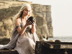 Game Of Thrones - TV Série - books (livros) - A Song of Ice and Fire (As Crônicas de Gelo e Fogo) - blond hair (cabelo loiro) - dress (vestido) - Daenerys Targaryen (Emilia Clarke) - Mother of Dragons (Mãe dos Dragões) - Mhysa - Queen (rainha) - Khaleesi - Baby dragons eggs (ovos de bebê dragões) - Drogon - Viserion - Rhaegal