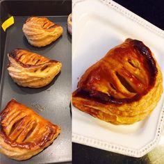 스윗츠플래닛 전쌤 쇼송 오 폼므 Chaussons aux pommes 수업(@jeonjinwook ). 퍼프페이스트리를 이용한 사과파이 되시겠다. 전쌤이 파이를 하시면? 무조건 먹는 거다. ㅡㅁ ㅡ 뭐 사과쓰셨어??? 무조건 먹어!(수업을 듣는게 포인트가 아닙니까! ㅡㅁ ㅡ;;). 그래서 수업을 들었(먹었)습니다. 무조건 맛있음. 하얀접시에 올라간 애가 전쌤이 만드신거 왼쪽이 내꺼. 일단 파이지가 전쌤이 만드신 건데 내가 만들었다고 맛이 없을리가... 엄청 맛있는 파이지...... 아오. 쩜. Chaussons aux pimmes class by @jeonjinwook. Name is complicated and difficult...... but this is just an apple pie using puff pasty dough. I swear @jeonjinwook is genius. It was one perfect apple pie.  #스윗츠플래닛수업 #사과파이…