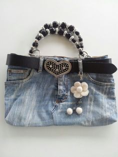 Borsa con riciclo jeans Denim Purse, Denim Jeans, Denim Handbags, Diy Shorts, Denim Crafts, Handbag Patterns, Diy Handbag, Recycled Denim, Refashion