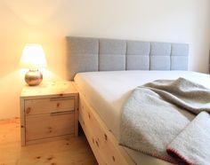 Zirbenbett mit Lodenkopfhaupt und Zirbennachtkästchen Diy Bett, Sofa, Couch, Future House, Mattress, Diy Home Decor, Sweet Home, Blanket, Bedroom