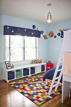 Quarto azul com cores fortes e lindas decorações em foguetes. #meninos #quarto #criativo