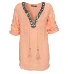 Be a Diva licht transparante top model Selma. Deze blouse is voorzien van vele kralen bij de hals en de driekwart mouwen zijn oprolbaar en vast te zetten met een knoopje - Koraal - NummerZestien.eu