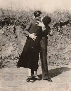Possibly the most famous and most romanticized criminals in American history, Bonnie Parker and Clyde Barrow were two young Texans whose ear. Bonnie Parker, Bonnie Clyde, Bonnie And Clyde Quotes, Kiss Pictures, Rare Pictures, Rare Photos, Old Photos, Vintage Photos, Historical Pictures