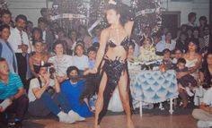 Seda Sayan - Sibel Can Günümüzün ünlü assolisti Sibel Can sanat dünyasına orjantal olarak başlamıştı. Onun daha 18 yaşını doldurmadığı günlerde çağrıldığı bir düğün de Seda Sayan'ın kardeşi Sedat'ın düğünüydü... (1985)