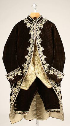 3-piece court suit, France, 1774-93. Dark brown silk velvet, exquisitely embroidered with floral motivs in white and yellow silk, white satin waistcoat, embroidered with naturalistic flowers.