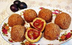 Galuste cu prune Romanian Desserts, Romanian Food, Biscuit, Delicious Desserts, Bakery, Deserts, Muffin, Favorite Recipes, Sweets