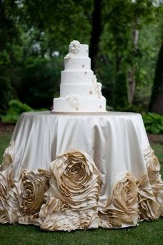 White and Gold Wedding Reception Cake Table Linen by I Do Linens. We love the rosettes! Gold Wedding, Dream Wedding, Wedding Reception, Wedding Day, Wedding Champagne, Table Wedding, Wedding Advice, Wedding Wishes, Wedding Programs