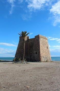 """Almería, Mojácar, Castillo de Macenas.  37° 4' 46.41"""" N  1° 51' 2.69"""" W  Cortesía de José Ángel de la Peca.  La torre de Macenas se encuentra junto a la costa, y se puede acceder a ella desde la carretera local que lleva de Mojácar a Carboneras, y antes de llegar a la localidad de El Agua del Medio. Data de la segunda mitad del siglo XVIII, y se encuentra en buen estado de conservación."""