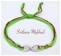 Bracelet Infini métal argenté . Cordon satin dorè, vert. Fermeture coulissante. : Bracelet par perles-et-couronnes