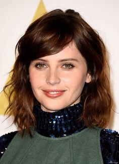 Felicity Jones hat ihn geawagt: den Schritt zu rötlichem Mahagoni-Braun. Eine gute Wahl, denn der warme Ton bringt ihre grünen Augen perfekt zur Geltung!