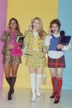 CLUELESS Cher Horowitz and her friends are the epitome of cool girl style, so it seems obvious that their go-to school attire would include printed mini skirts. In this photo, each friend puts their own colorful spin on the look. Clueless 1995, Clueless Fashion, 2000s Fashion, Fashion Models, Fashion Outfits, Stacey Dash Clueless, Dionne Clueless Outfits, Cher Clueless Costume, 90s Style