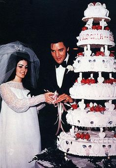 ELVIS & PRISCILLA PRESLEY Viva Las Vegas! The lovebirds celebrated their May 1967 nuptials with a six-tier design adorned with romantic red roses.