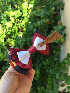 Harry Potter hair bow Inspired hairbow Broom and can be different Harry Potter Diy, Natal Do Harry Potter, Bijoux Harry Potter, Harry Potter Schmuck, Harry Potter Motto Party, Objet Harry Potter, Harry Potter Thema, Theme Harry Potter, Harry Potter Cosplay