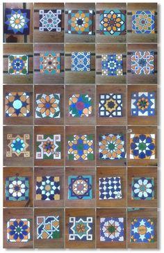 Diferentes modelos de azulejos de 11x11cm pintados en cuerda seca.