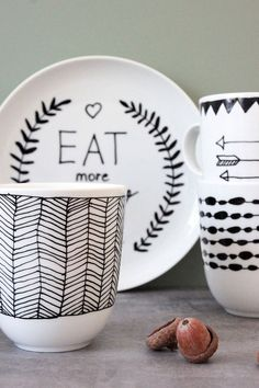 DIY Tassen & Teller im angesagten Schwarz-Weiß-Look DIY cups and plates in a trendy black and white look in just 10 minutes. Now on nice-by-you by DEPOT (Minutes Ideas) Pottery Painting, Ceramic Painting, Art Café, Paint Your Own Pottery, Diy Clay, Ceramic Cups, Mug Designs, Diy Paper, Diy Art