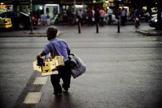 in a summer night a dwarf shoe-cleaner while crossing the street // A #streetscene from #izmir #streetphotography #capturestreets #lensonstreets #fromstreetswithlove #challengerstreets #spicollective #street_perfection #street_photo_club #storyofthestreet #wearethestreet #ourstreets #myspc17 #life_is_street #friendsinperson #vsco_mood #ig_street #ig_photooftheday #lensculture #lensculturestreets #hikaricreative #somewheremagazine #hartcollective #documentaryphotography #sonyimages #sonya7r…