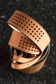 Lanière pour appareil photo en cuir tanné avec des extraits végétaux. Leather Guitar Straps, Camera Straps, Leather Tooling, Custom Leather Belts, Leather Projects, Leather Craft, Sewing Hacks, Camera Accessories