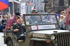 Plzeňské Slavnosti svobody dnes pokračují. Zajít můžete do DEPA2015 na Street Food Market, na náměstí se snesou parašutisté, k vidění budou opět vojenské kempy a hrát bude na mnoha místech živá hudba. Podrobný program hledejte zde.