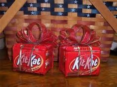 Kit Kat gift Pack-who doesn't need a break? images of candy bouquets - Bing Images / i would put a card on it saying im giving you a break Christmas Candy, Diy Christmas Gifts, Valentine Gifts, Holiday Gifts, Xmas, Christmas Decor, Craft Gifts, Diy Gifts, Candy Boquets