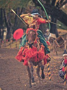 女流騎士の勇壮な姿。青森県十和田市で開催された「桜流鏑馬(さくらやぶさめ)」の光景