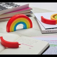 Rainbow Highlighters from The Gadget Flow. Saved to Awesome Gadgets. Too Cool For School, Going Back To School, Cool Office Gadgets, Cool Stationary, Cool School Supplies, Office Supplies, Art Supplies, Highlighter Pen, Monkey Business