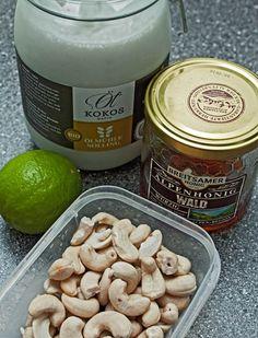 Limetten-Kokos Törtchen 2 Datteln 3-4 EL Nüsse (Para-, Cashw-, Walnüsse) 1TL Kokosöl etwas Zimt 200ml Kokosmilch 200g Cashews (mind. 6h eingeweicht) 2 Limettensaft & -abrieb 1-2 EL Honig etwas Vanille Johannisbrotkernmehl nach Festigkeit
