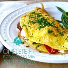 Se omelete já é bom quando ele é fit fica ainda melhor! Anote aí esta receita e tente em casa. | Ingredientes: 1 ovo (se puder ser do tipo orgânico é o ideal); 2 claras; 2 colheres de sopa de aveia em flocos finos ou farelo (há opção no comércio de aveia livre de glúten necessária somente para o caso de pessoas sensíveis ao mesmo) ; 3 colheres de sopa de cogumelos; 8 tomates cereja; 1 cebola pequena; 3 azeitonas pretas grandes tipo Azapa; 2 xícaras de chá cheias de brócolis; Azeite de oliva…
