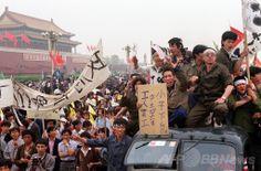 1989年5月18日、中国北京(Beijing)で6日前に始まった学生たちの民主化を求めるデモとストライキを支持し、道路を埋め尽くす労働者たち(1989年5月18日撮影)。(c)AFP/CATHERINE HENRIETTE ▼4Jun2014AFP|中国民主化運動の象徴「戦車男」、天安門事件から25年 http://www.afpbb.com/articles/-/3016660 #Tiananmen_Square_protests_of_1989