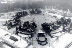 La Navidad de 1962 fue la más blanca de la historia de Barcelona. Durante el día 25 de diciembre nevó todo el día, con mayor o menor intensidad, y en Sant Esteve la ciudad amaneció cubierta por un manto de nieve, que en algunas zonas alcanzó los 80 centímetros de grosor. Plaza de Catalunya.