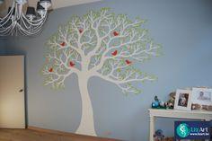 Wandschildering grote boom met vogeltjes in kinderkamer on Lizart  https://lizart.be/wp-content/uploads/decoratieve-muurschilderijen/wandschildering-boom-kinderkamer.jpg