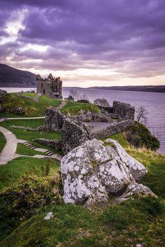 Il castello di Urquhart è situato lungo le rive del Loch Ness,  il più famoso lago della Scozia. Lo vedremo nel corso del 7° giorno di viaggio.