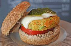 A receita é da chef Tess Abreu http://revistaglamour.globo.com/Lifestyle/Gastronomia/Receita/noticia/2016/08/veggie-burger-com-molho-pesto-e-facil-de-fazer-receita-aqui.html