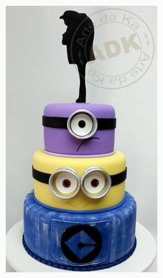 Minion Cake by Arte da Ka Crazy Cakes, Fancy Cakes, Pretty Cakes, Cute Cakes, Bolo Minion, Minion Cakes, Purple Minion Cake, Cake Paris, Despicable Me Cake