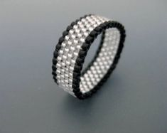 Peyote Ring in Silver and Black / Beaded Ring / Seed Bead Ring / Thin Peyote Ring / Peyote Band / Size 4 5 6 7 8 9 10 11 12 13 Diy Beaded Rings, Diy Rings, Beaded Jewelry Designs, Seed Bead Jewelry, Wire Jewelry, Seed Beads, Handmade Jewelry, Skinny Rings, Beaded Rings