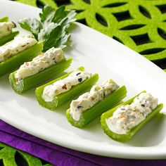 Need cold appetizers? Get easy to make cold appetizers for a great start to a party or dinner. Taste of Home has cold appetizer recipes like roll-ups, dips, and other tasty cold appetizers. Cold Appetizers, Finger Food Appetizers, Appetizers For Party, Appetizer Recipes, Appetizer Dishes, Italian Appetizers, Easy Cold Finger Foods, Celery Recipes, Celery Snacks