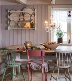 Førjulsstemning i det sjarmerende kjøkkenet til Camilla og Finn. Riktig god adventshelg alle fine følgere! Foto: @helge_eek #advent #levlandlig #landlig #nostalgi #juleverksted #julestemning