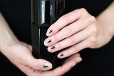 Minimal Manicure black arrow