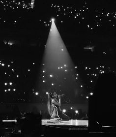"3,517 Me gusta, 18 comentarios - Ariana Grande (@intobyariana) en Instagram: """"Sometimes I think we're the brightest stars"" ALL MY LOVEEE  #ArianaGrande #DangerousWomanTour"""