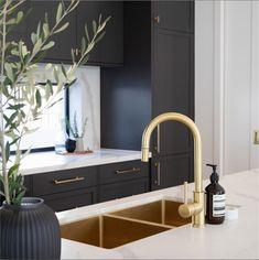 Gold Kitchen, Kitchen Taps, Bathroom Interior Design, Kitchen Interior, Design Your Dream House, House Design, Cuisines Design, Küchen Design, Modern Kitchen Design