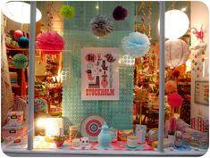 window display Boutique Window Displays, Kitsch Decor, Children's Boutique, Yarn Store, Store Windows, Shop Fronts, Album Photo, Party Stores, Handmade Shop