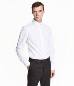 Vit. PREMIUM QUALITY. En långärmad skjorta i premium cotton med fin lyster. Skjortan har turn down-krage och slät knappslå. Easy iron-behandlad. Slim fit –