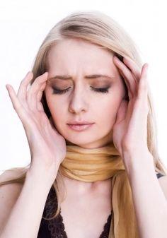 Ecco gli oli essenziali contro il mal di testa Olio essenziale di Basilico Mettete sui polpastrelli un paio di gocce di olio essenziale di Basilico e massaggiate delicatamente tempie e fronte. Olio essenziale di Camomilla
