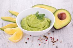 Guacamole teams up with hummus in this mouthwatering mashup of two delicious dips! This nutritious avocado hummus recipe calls for clean ingredients. Weight Loss Snacks, Weight Watchers Meals, Low Calorie Snacks, Healthy Snacks, Healthy Eating, Healthy Mummy, Healthy Appetizers, Guacamole, Avocado Health Benefits