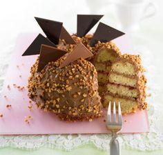 Was für ein süßer Kuchen - den saftigen Rührteig füllen wir mit der köstlichen Nougatcreme und Erdbeerkonfitüre. Haselnusskrokant macht's crunchy.