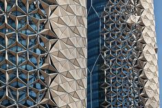 Por Lucas. Estas torres gêmeasde escritórios em Abu Dhabi combinaramelementos arquitetônicos árabes antigos para criar uma forma inovadora de se proteger da luz solar. As duas torres são sobrepos...